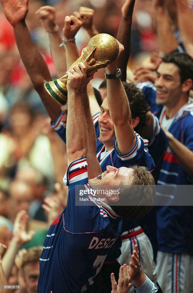 3 (BRA - FRA); FRANKREICH FUSSBALLWELTMEISTER 1998 WM CUP; JUBEL FRA - Didier DESCHAMPS mit WM POKAL, dahinter Laurent BLANC