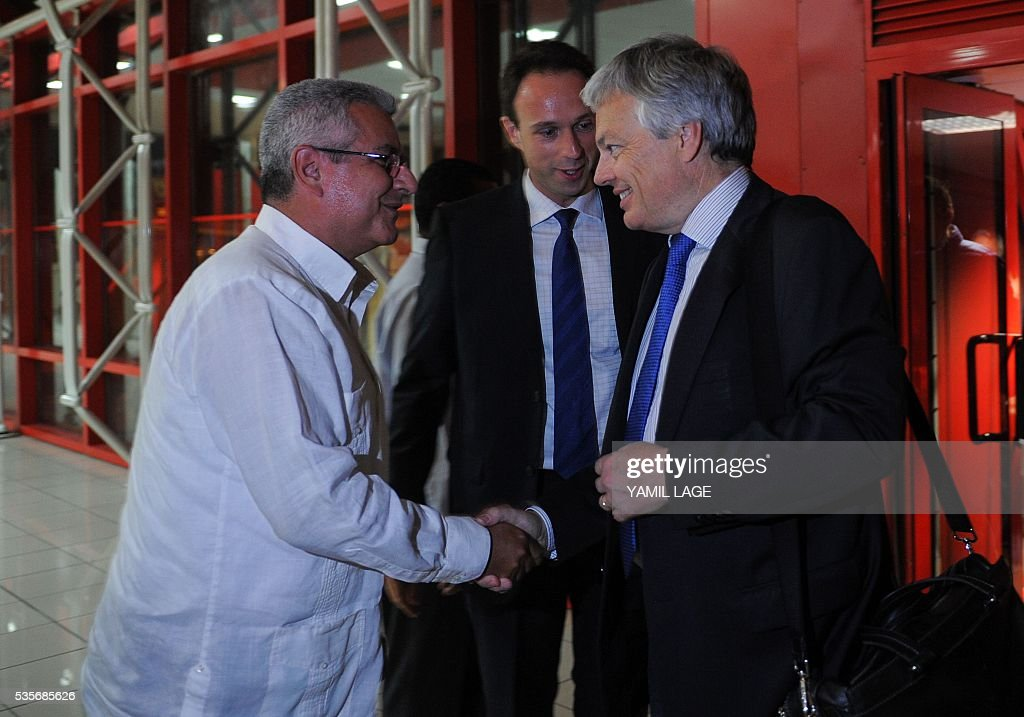 Didier Reynders (R), Deputy Prime Minister of Belgium and Minister of Foreign Affairs and European Affairs is received by Cuban director for Europe and Canada of Foreign Ministry Elio Rodriguez at the Havana international airport Jose Marti, on May 29, 2016. / AFP / YAMIL