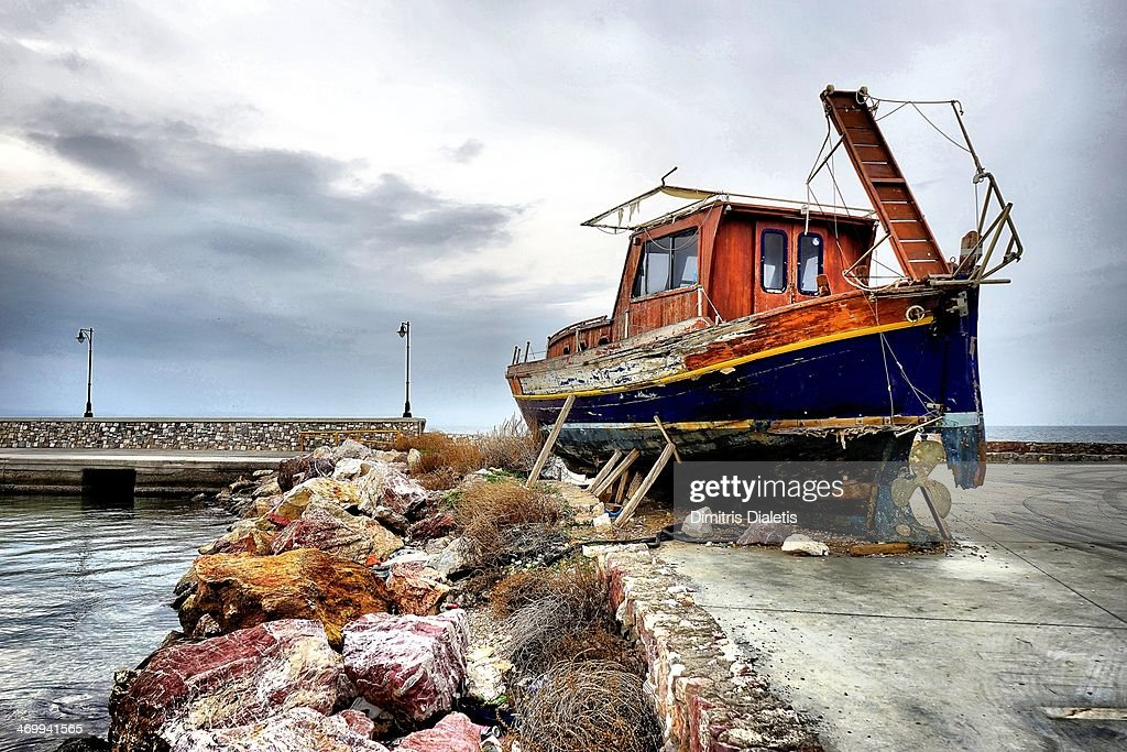 Die Abandoned old fishing boat