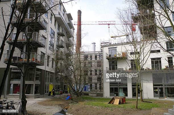 Die alte Seifenfabrik im Hintergrund in der Koepenicker Strasse 50 war als Ruine temporaer die sehr beliebte PartyLocation Kater Holzig an der Spree...