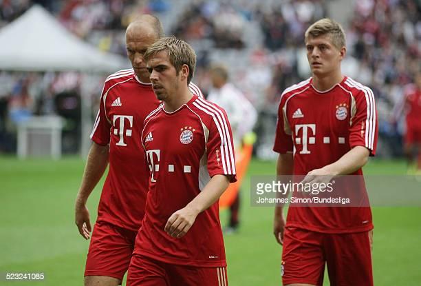 Die BayernSpieler Arjen Robben Philipp Lahm und Toni Kroos beteiligen sich vorm Start des Bundesliga Spieles zwischen dem FC Bayern Muenchen und...