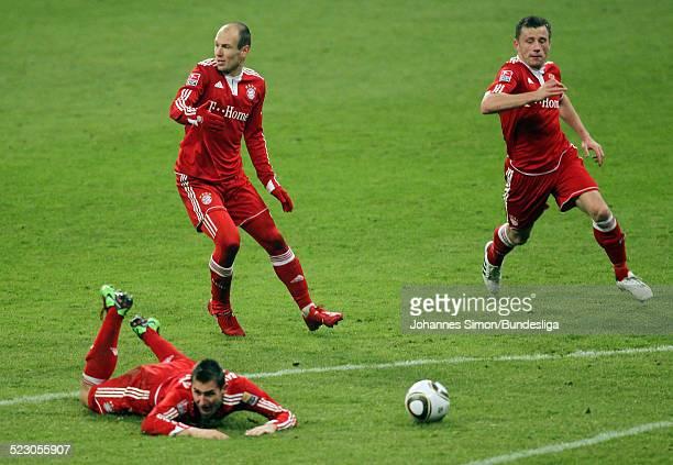Die BayernSpieler Miroslav Klose Arjen Robben und Ivica Olic in Aktion waehrend dem Bundesligaspiel FC Bayern Muenchen gegen den SC Freiburg in der...