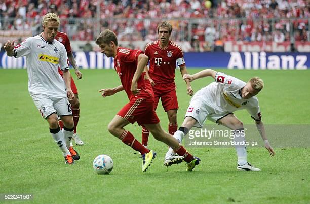 Die BayernSpieler Thomas Mueller und Philipp Lahm und die BorussiaSpieler Mike Hanke und Marco Reus kaempfen beim BundesligaSpiel zwischen dem FC...