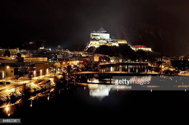Die beleuchtete Festung von Kufstein spiegelt sich im Fluss Inn am 30 Dezember 2010 in Kufstein