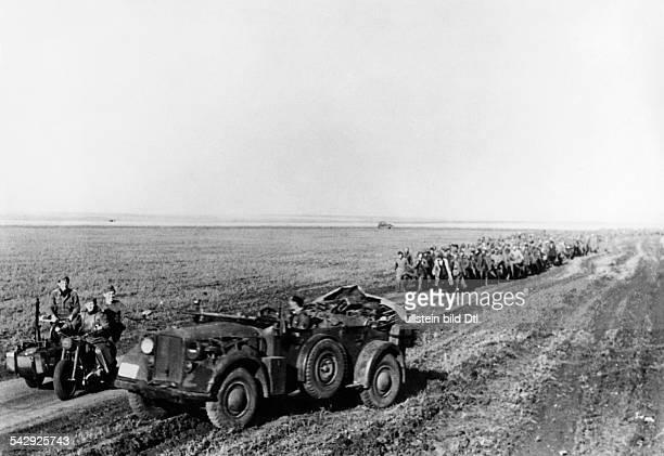 Die Überlebenden einer sowjetischen Division auf dem Weg in die Gefangenschaft nach der Schlacht bei Charkow
