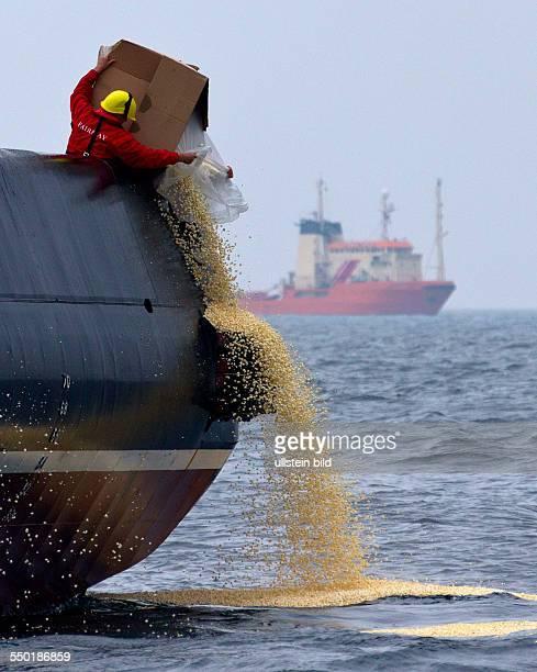 Die Besatzung des Hochseeschleppers Baltic schuettet Popcorn als ' Oelteppich ' in die Ostsee vor RostockWarnemuende Waehrend der bisher groessten...