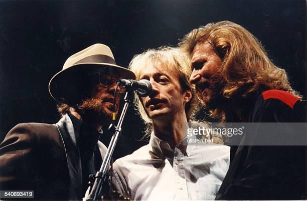 Die britischaustralische Musikgruppe 'The Bee Gees' auf der Bühne Maurice Robin und Barry Gibb Die drei Brüder singen gemeinsam in ein Mikrofon Hut...