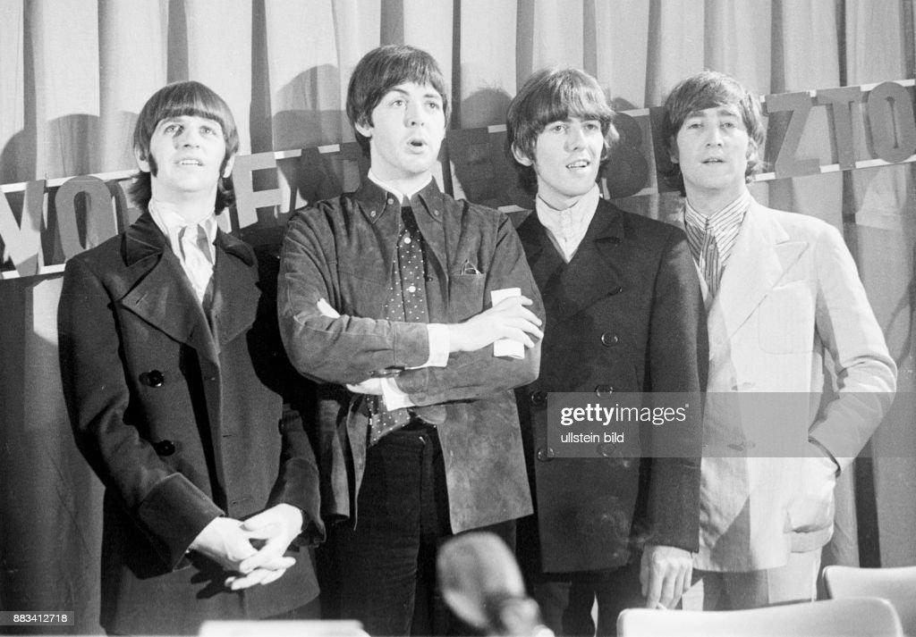 Die britische Beatband 'The Beatles' nach einer Pressekonferenz in der Hamburger Ernst-Merck-Halle zur 'Bravo-Beatles-Blitztournee'. V.l.: Schlagzeuger Ringo Starr, Bassist Paul McCartney, Gitarrist George Harrison und John Lennon