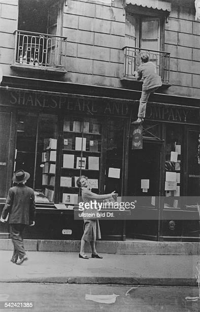Die Buchhändlerin Sylvia Beach vor ihrem Buchladen Shakespeare and Company in der Rue de l`Odeon Parisveröffentlicht in Tempo Foto Heinrich Guttmann