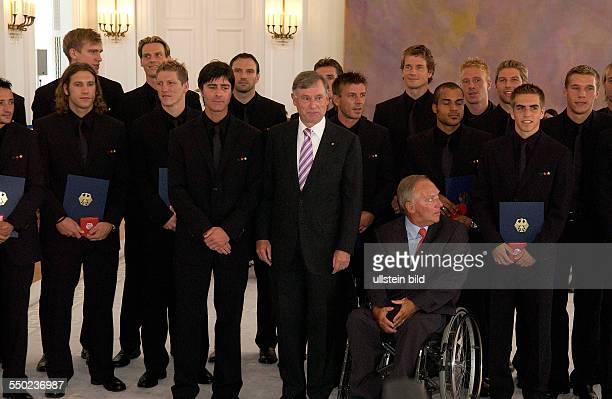 Die deutsch FußballnationalmannschaftBundespräsident Horst Köhler und Bundesinnenminister Wolfgang Schäuble anlässlich der Auszeichnung der Spieler...