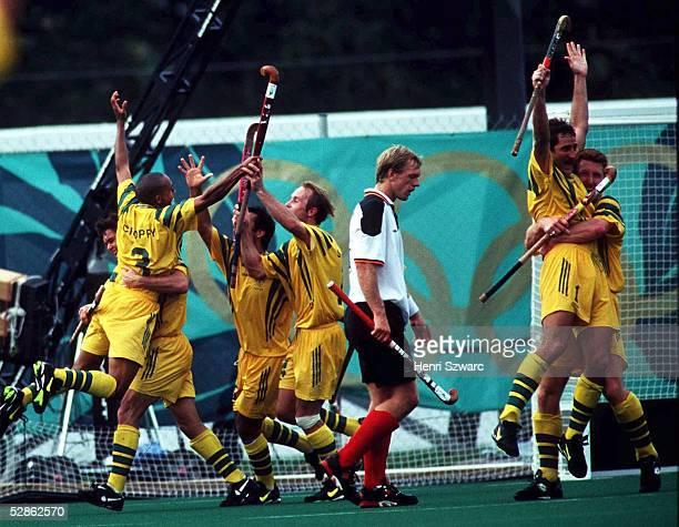HOCKEY Maenner/AUS GER 32 ATLANTA 1996 2896 Die deutschen Hockeyspieler verlieren das Spiel um Platz 3 gegen die Australier mitte Christian...