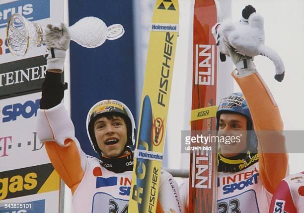 Die deutschen Skispringer Michael Wagner und Sven Hannawald jubeln über ihre Plätze 4 und 5 beim Auftaktspringen der Vierschanzentourne 1997/98 in...