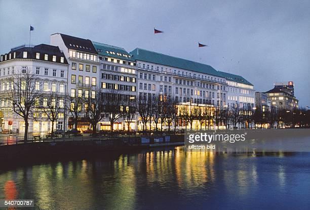 Die erleuchtete Häuserzeile am Neuen Jungfernstieg an der Binnenalster In der Mitte das Hotel ' Vier Jahreszeiten' rechts und links davon die...