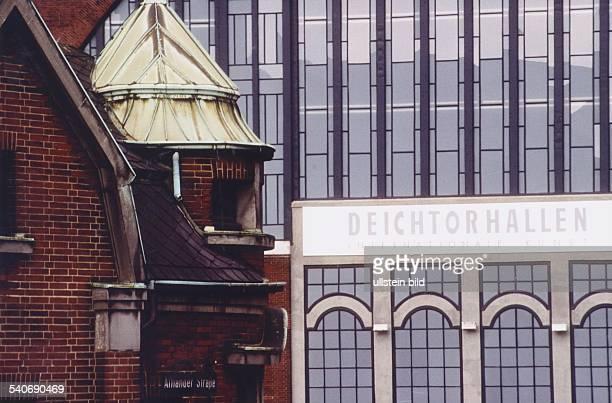 Die Fensterfront der nördlichen Halle der Deichtorhallen in denen wechselnde Kunst und Fotoausstellungen stattfinden Zwischen stark unterteilten...