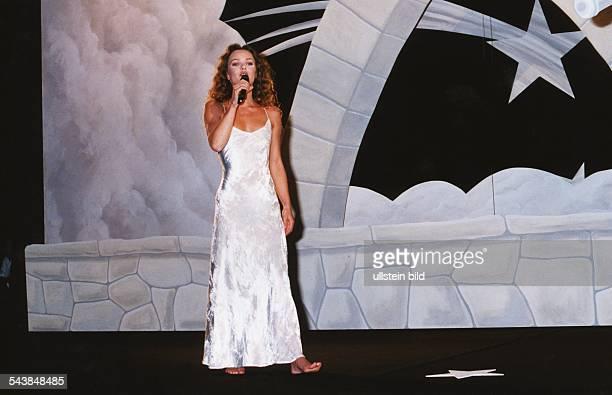 Die französische Sängerin und Schauspielerin Vanessa Paradis auf der Bühne der Filmfestpiele in Cannes Sie singt das Chanson 'Le Tourbillon de la...