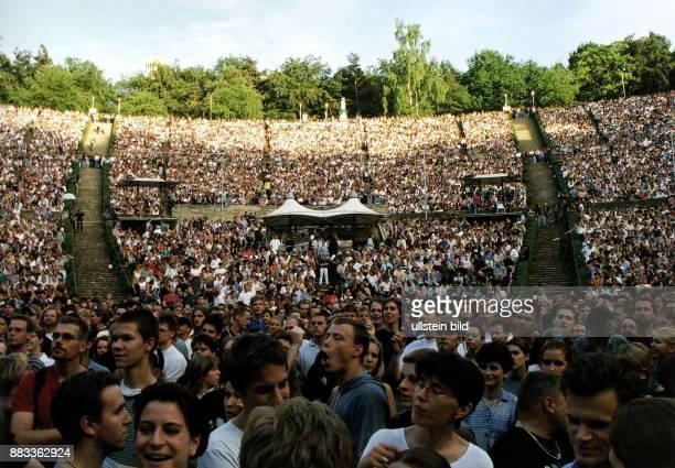 die Freilichtbühne während eines Konzerts Blick in die Zuschauerränge