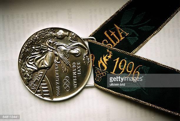 Die Goldmedaille mit dem grünen Band und der goldenen Schrift August 1996