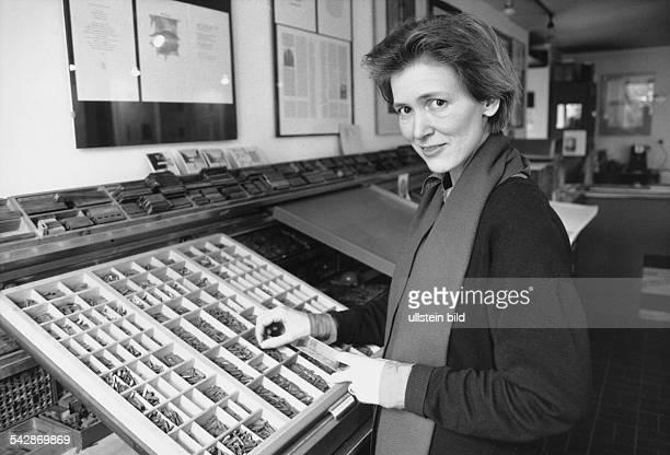 Die Grafikerin Schriftstellerin und Verlegerin Roswitha Quadflieg Tochter des Schauspielers Will Quadflieg steht in ihrer Werkstatt in Hamburg an...