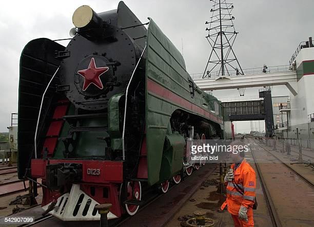 Die grösste Dampflok Europas eine P36 mit 250 t Dienstgewicht wurde am Mittwoch den 24 Mai 2000 vom Oberdeck des FS Klaipeda im Fährhafen Mukran bei...