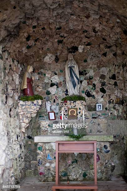 Die Jakobuskirche auf der Spitze des Hohenbergs ist eine weithin sichtbare Wallfahrtsstätte auf dem fränkischschwäbischen Jakobsweg Grotte mit...