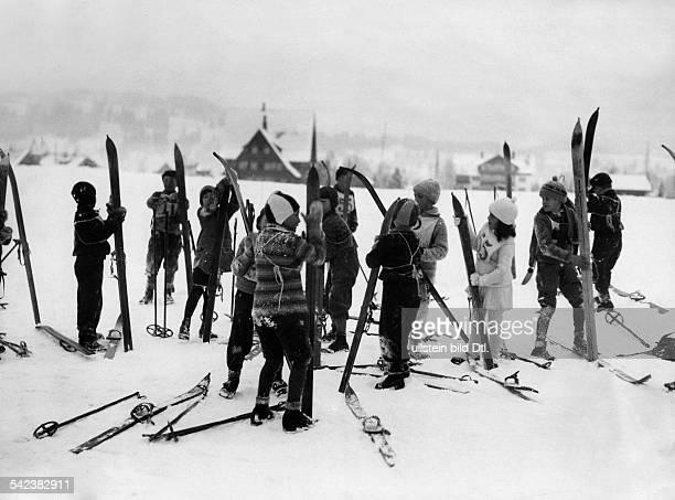 Die Jüngsten der Ski Volksschule 1931