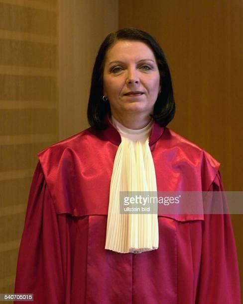 Die Juristin und Richterin am Bundesverfassungsgericht in Karlsruhe Christine HohmannDennhardt in ihrer roten Amtsrobe Undatiertes Foto