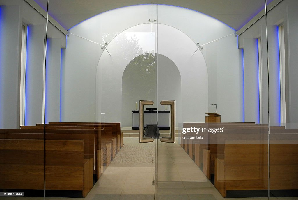 Die Kapelle des Dorotheenstaedtischen Friedhof I Chaussesstr 126 inBerlinMitte zeigt sich innen wie aussen nach langem Umbau in neuem GewandBlick...