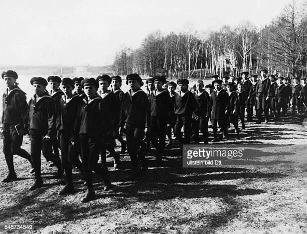 Die Knaben des vonKörnerHeims beieinem Spaziergang am Scharmützelsee 1924