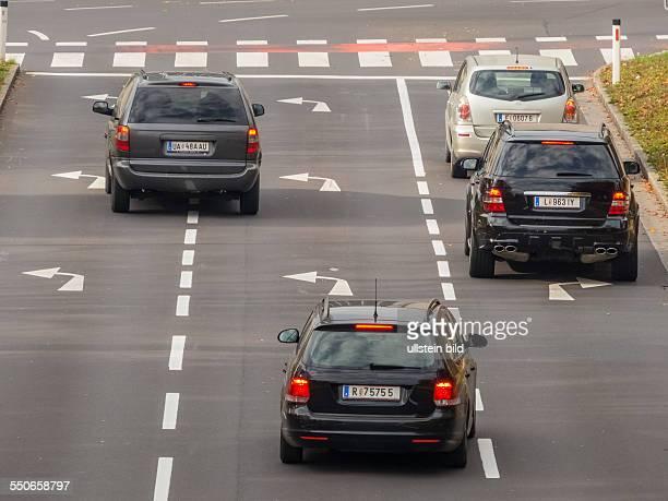 Die Kreuzung einer Strasse in der Stadt Mit Leitlinien zum Abbiegen