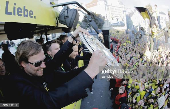 Die Mannschaft jubelt den Fans aus dem Bus zu Trainer Jürgen Juergen Klopp Borussia Dortmund mit Meisterschale Double Sieger Doublesieger Meister und...