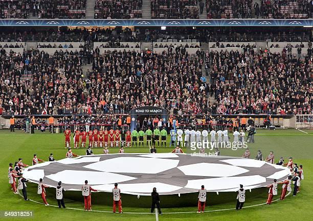 Die Mannschaften stellen sich auf am Anstosspunkt halten Balljungen das UEFA Champions League Logo vor dem UEFA Champions League Viertelfinale...