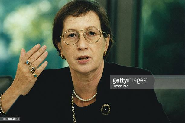 Die Ministerpräsidentin von SchleswigHolstein Heide Simonis mit Fingerringen Halsschmuck Ohrringen und Brosche Aufgenommen Juli 1998