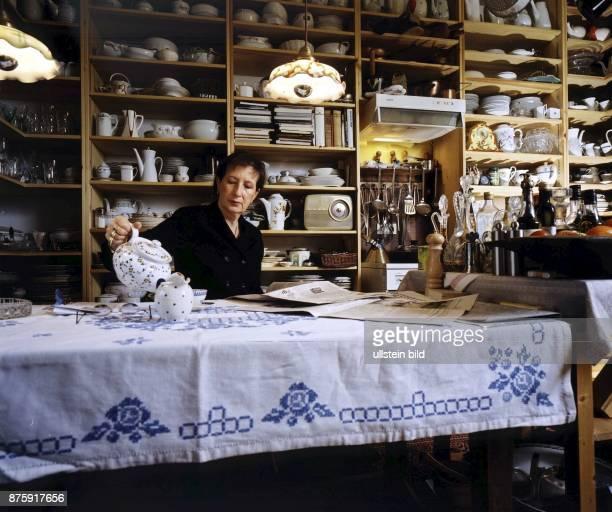 Die Ministerpräsidentin von SchleswigHolstein Heide Simonis Sie sitzt zu Hause an einem Tisch und schenkt sich eine Tasse Tee ein Vor ihr liegt eine...