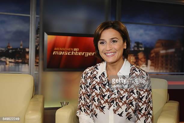 Die Moderatorin Sandra Maischberger vor Logo in der ARD Talkshow 'Menschen bei Maischberger' in Köln