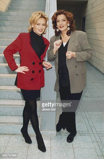 Die Moderatorinnen des NDR Eva Herman und Bettina Tietjen am 9121996 an einer Treppe stehend