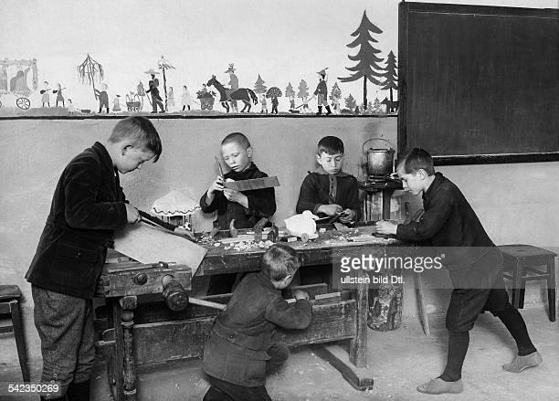 die neue Unterrichtsmethode derVersuchsVolksschule Hellerau bei DresdenDie Kinder werden mit Hilfe bildlicher undfigürlicher Darstellungen...