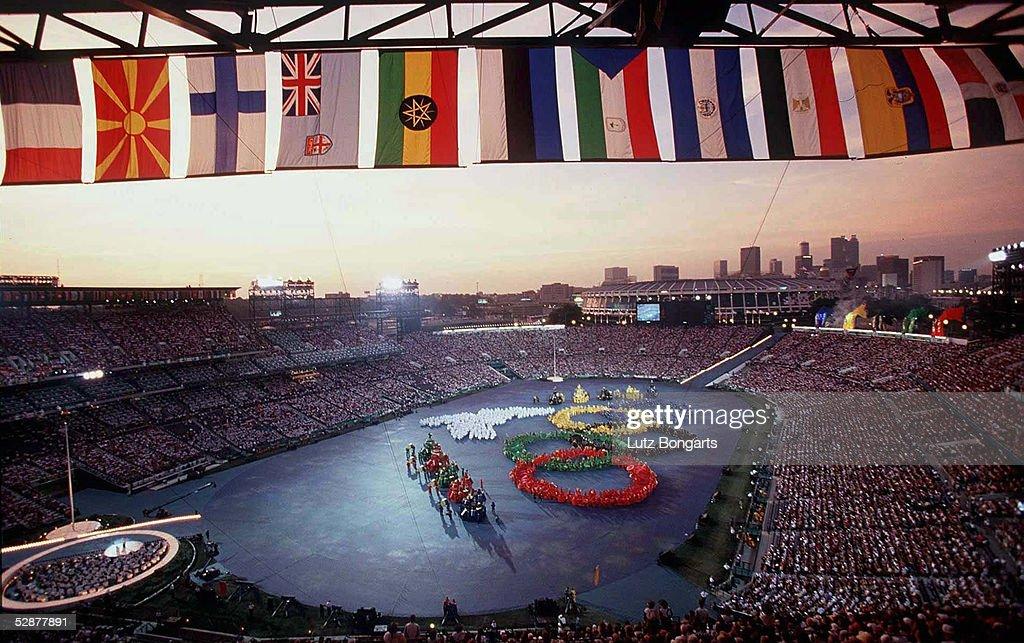 EROEFFNUNGSFEIER/19796 Die OLYMPISCHEN RINGE dargestellt im Olympiastadion vor der Skyline Atlantas