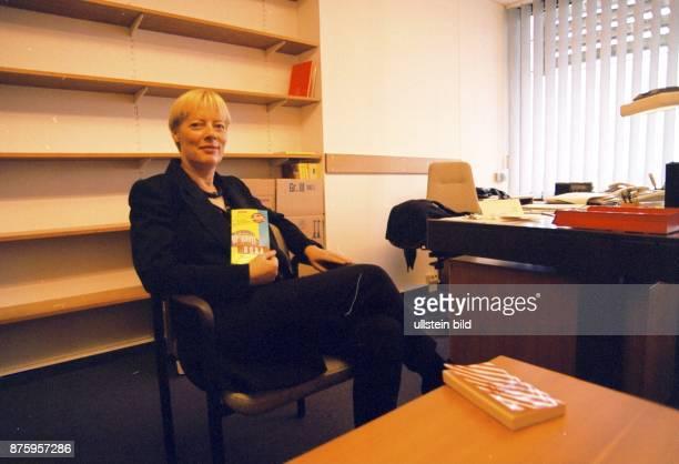 Die Politikerin der CDU Birgit SchnieberJastram Mitglied des Bundestages in ihrem Bonner Büro vor ihrem Umzug nach Berlin Sie sitzt auf einem Stuhl...