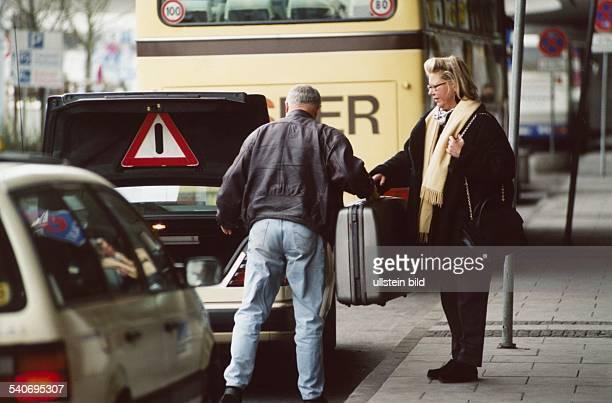Die Redakteurin der BildZeitung Ute Stummer ist im Begriff am Hamburger Flughafen ein Taxi zu besteigen Der Taxifahrer nimmt ihr den Koffer ab in der...