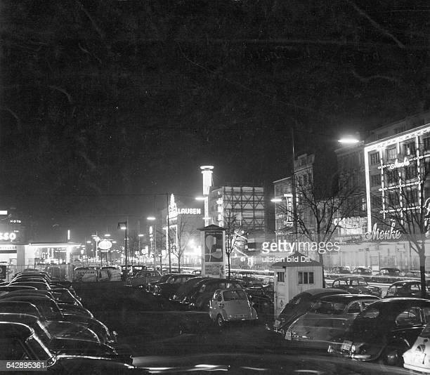 Die Reeperbahn bei Nacht links die Esso Tankstelle1957