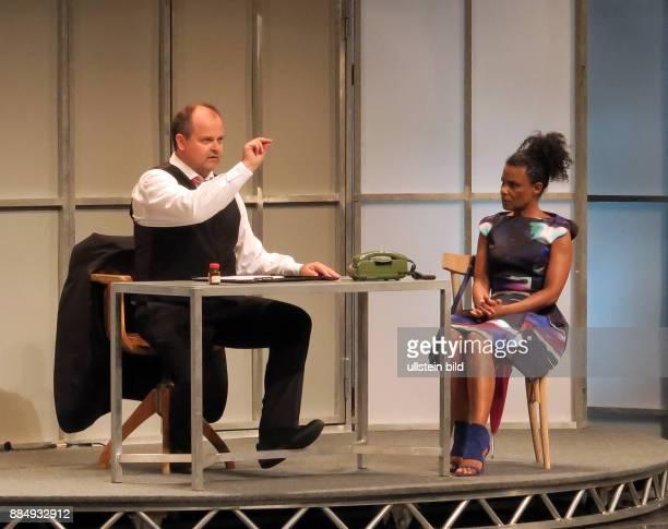 Die Schauspieler Adisat Semenitsch Markus Majowski aufgenommen bei der Premiere von dem Theaterstück Der Mann der sich nicht traut im Theater am...