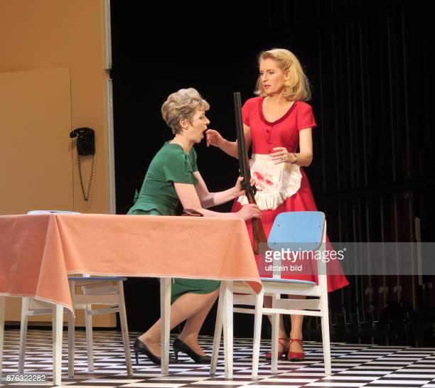 Die Schauspieler Anna Stieblich Maria Furtwängler aufgenommen bei Proben zu dem Theaterstück Alles muss glänzen im Theater am Kurfürstendamm in...