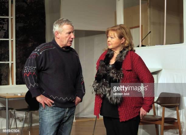 Die Schauspieler Jörg Schüttauf und Franziska Troegner aufgenommen bei Proben zu dem Theaterstück Einer flog über das Kuckucksnest im Schlosspark...