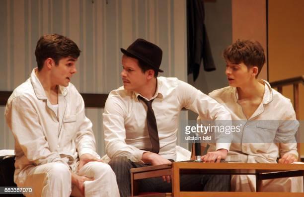 Die Schauspieler Lucas Reiber Mirko Lang Sandro Lohmann vl aufgenommen bei den Proben zu dem Theaterstück 'Eine ganz normale Familie' in der Komödie...