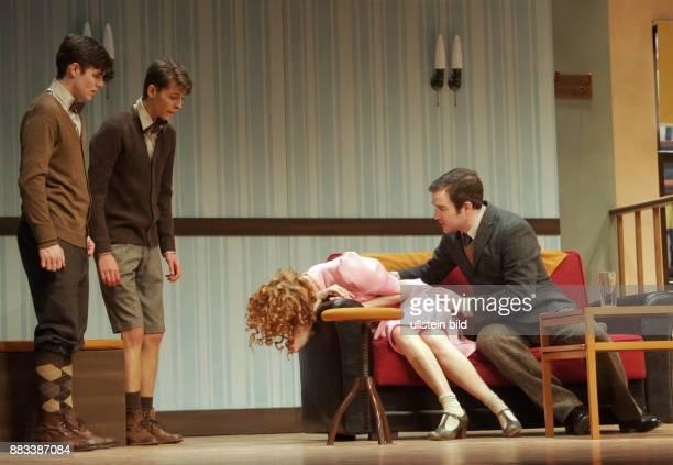 Die Schauspieler Lucas Reiber Sandro Lohmann Chiara Schoras Urs Fabian Winiger vl aufgenommen bei den Proben zu dem Theaterstück 'Eine ganz normale...