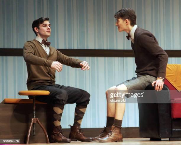 Die Schauspieler Lucas Reiber Sandro Lohmann vl aufgenommen bei den Proben zu dem Theaterstück 'Eine ganz normale Familie' in der Komödie am Kudamm...