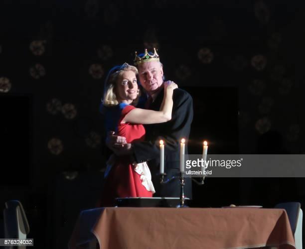 Die Schauspieler Ludger Pistor Maria Furtwängler aufgenommen bei Proben zu dem Theaterstück Alles muss glänzen im Theater am Kurfürstendamm in Berlin...