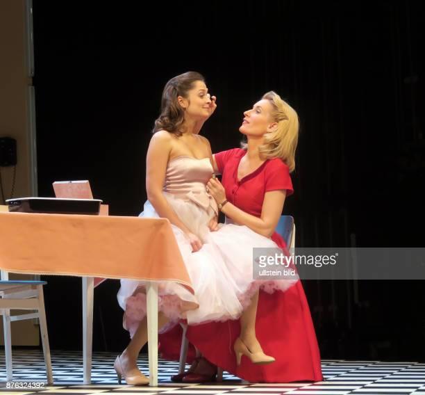 Die Schauspieler Sarah Alles Maria Furtwängler aufgenommen bei Proben zu dem Theaterstück Alles muss glänzen im Theater am Kurfürstendamm in Berlin...
