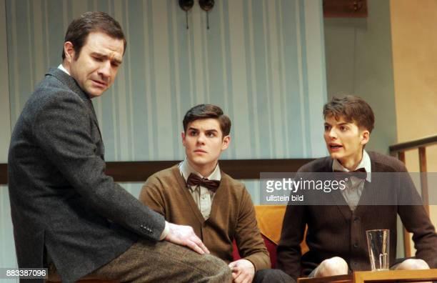 Die Schauspieler Urs Fabian Winiger Lucas Reiber Sandro Lohmann vl aufgenommen bei den Proben zu dem Theaterstück 'Eine ganz normale Familie' in der...