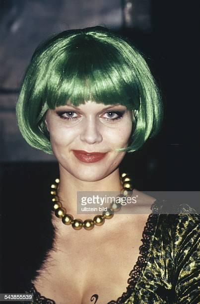 Die Schauspielerin Anna Loos mit grüner Perücke und goldfarbener Perlenkette Aufgenommen um 1998